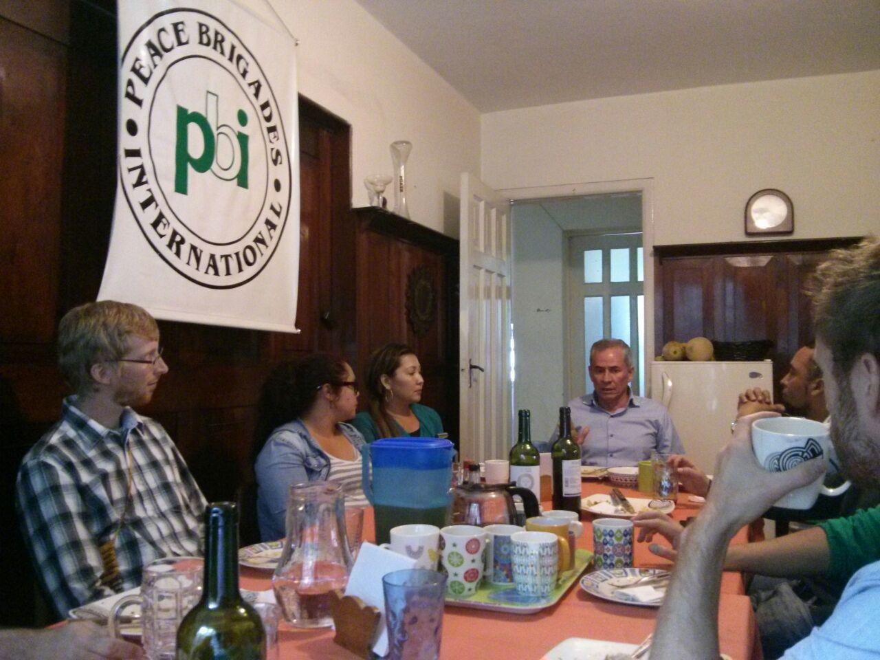 David Ravelo zu Besuch beim pbi-Team in Bogotá. Links im Bild: Der deutsche pbi Freiwillige Michael Kettelhoit