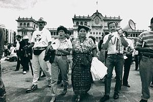 Rigoberta Menchu (3. von links)