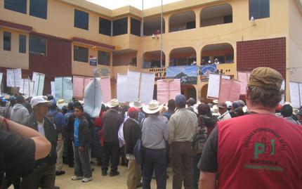 Felix Weiss bei der Beobachtung einer Protestkundgebung in Huehuetenango