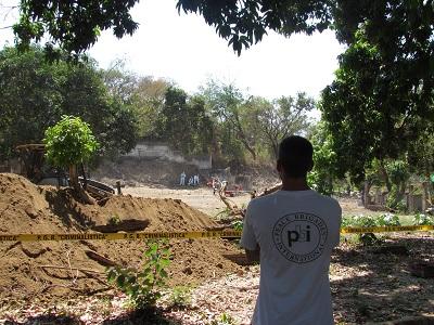 pbi-Freiwiliger bei Ausgrabungen auf dem Gelände des ehemaligen Militärstützpunktes Atoyac de Álvarez