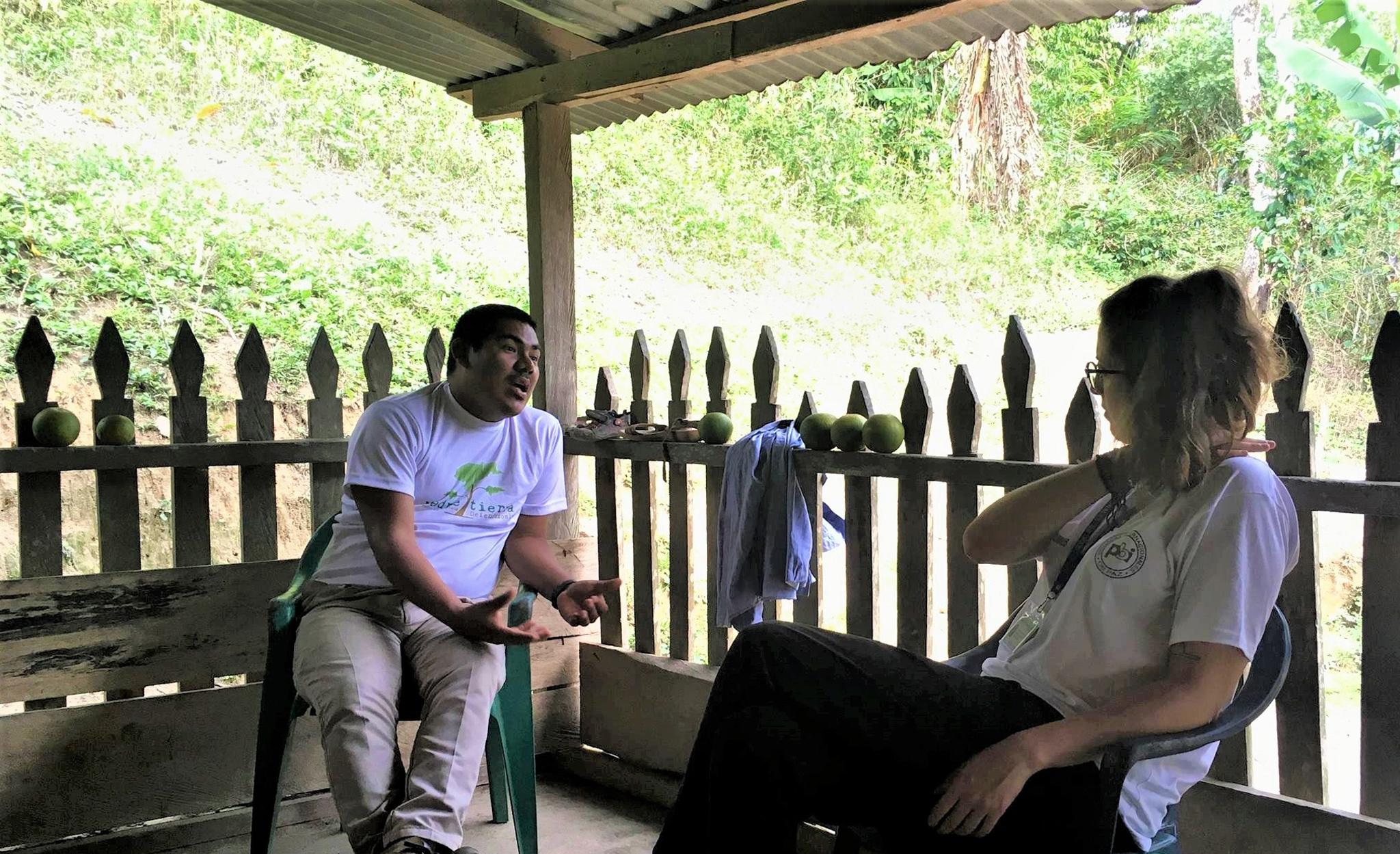 Kevin Ramirez im Gespräch mit einer pbi-Freiwilligen