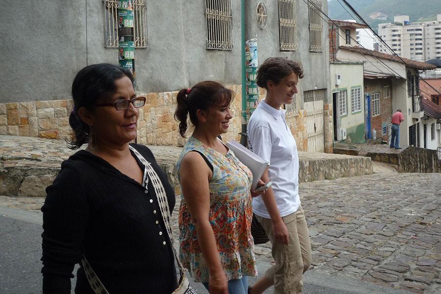 Laura Nägele mit Berenice Celeyta (Mitte) und Olga Araújo von NOMADESC