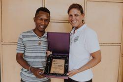 pbi Kenia übergibt dem Koordinator des Stadtteilzentrums, Stephen Kinuthia Mwangi, den Invisible Mandela Award