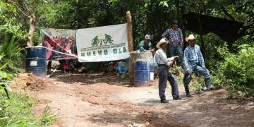 Straßenblockade am Eingang der Mine Cantera de los Manantiales in der Gemeinde Olopa, Chiquimula in Guatemala.png