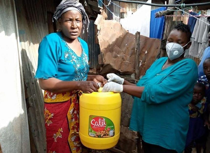 Toolkit Organiser übergibt einen Kanister mit Wasser