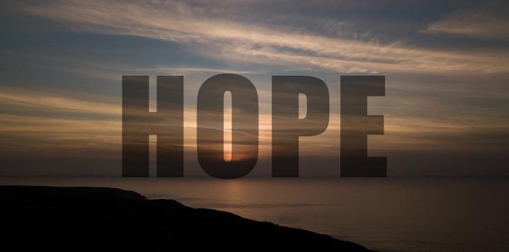 """Landschaft in Abendstimmung mit dem Schriftzug """"Hope"""""""